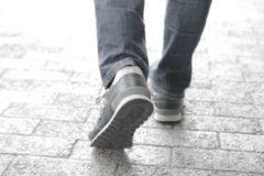 巻き爪-歩いている画像